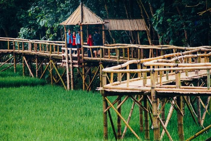 Pada satu titik di jembatan yang mengular ini, terdapat semacam pos atau gardu. Hingga akhirnya, ujung jembatan bambu ini terhubung kembali pada titik awalnya.