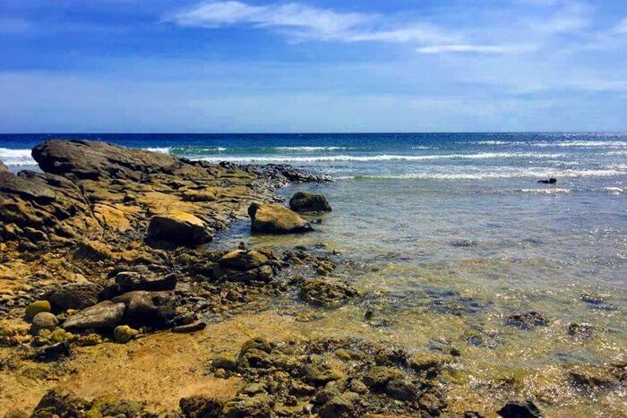 keindahahan Pantai Batu Taka Urung semakin lengkap dengan keberadaan hamparan batu dengan berbagai macam ukuran. Di sini, pengunjung dapat melihat pemandangan eksotis ketika deru ombak laut pecah saat menghantam batu.