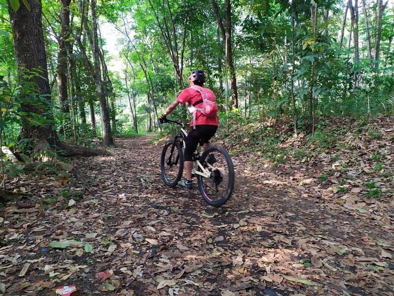 Mengayuh Sepeda Di Lebatnya Hukoci