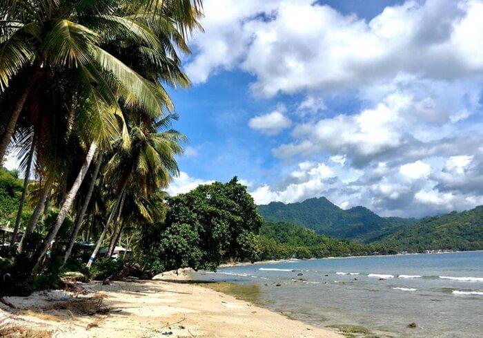 Pantai Batu Taka Urung memiliki keindahan panorama alam pantai, dengan pasir yang putih dan laut yang biru. Keindahan ini menarik minat pengunjung yang melintas baik dari arah Majene atau Mamuju.