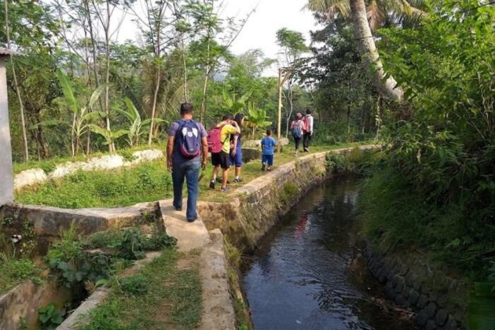 Perjalanan dilanjutkan dengan menyusuri tebing yang ada di pinggir sungai. Menaiki sisi bukit sampai di persawahan, kemudian turun ke bawah melewati jalan setapak.