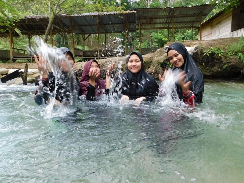 Keseruan Bermain Air Bersama