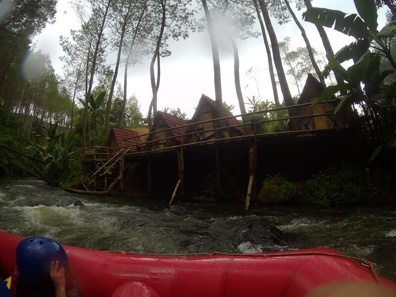 Penginapan Di Dekat Aliran Sungai
