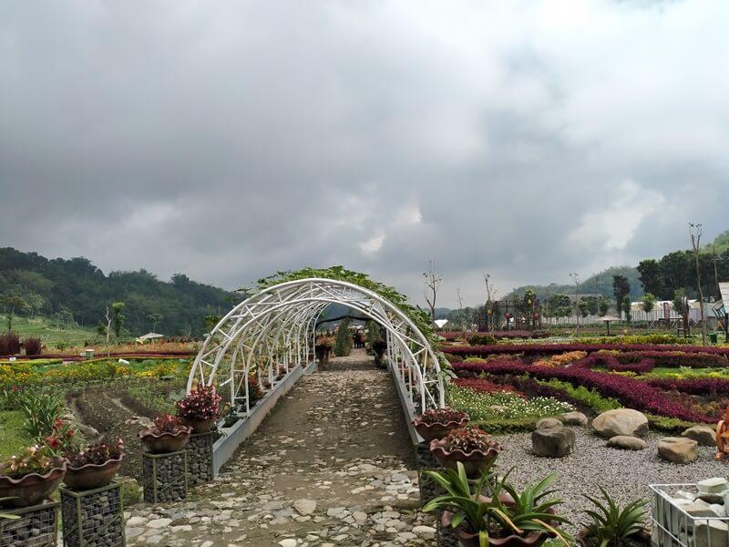 Taman Bunga Yang Tertata Di Kebun Refugia Magetan