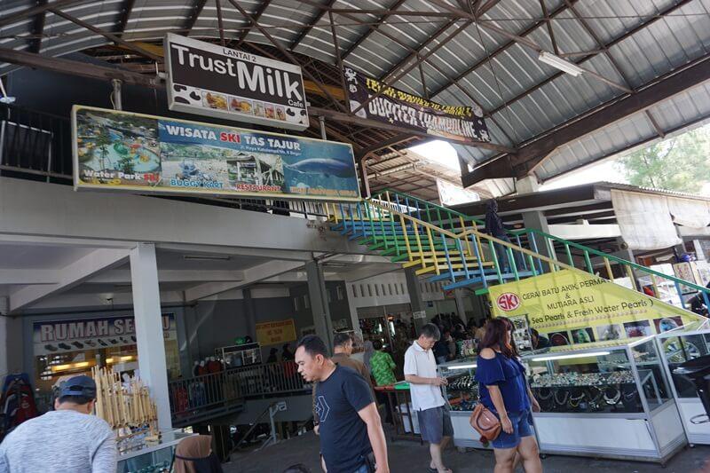 Area Makan Dan Berbelanja