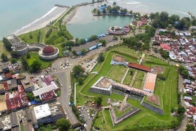 Benteng Di Tengah Pemandangan Pantai Dan Kota