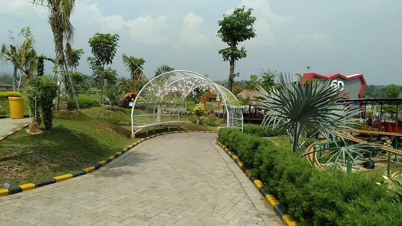 Dikelilingi Taman Yang Indah