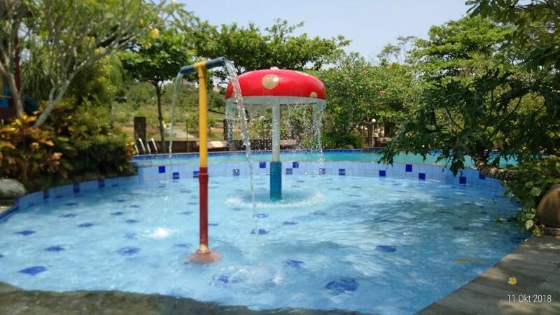Kolam Renang Di Kebun Wisata Pasirmukti