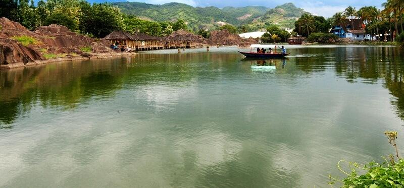 Mengelilingi Danau Menggunakan Perahu