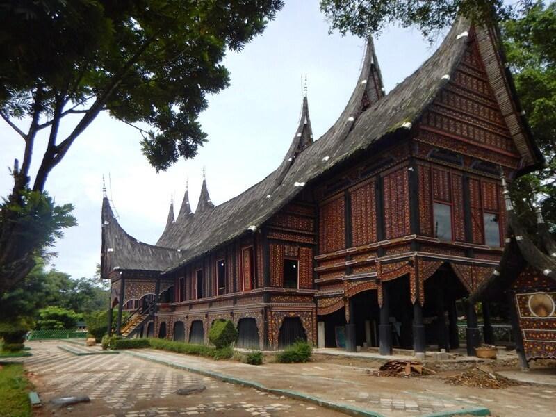 Rumah Adat Baanjuang Di Area Taman Margasatwa Dan Budaya Kinantan