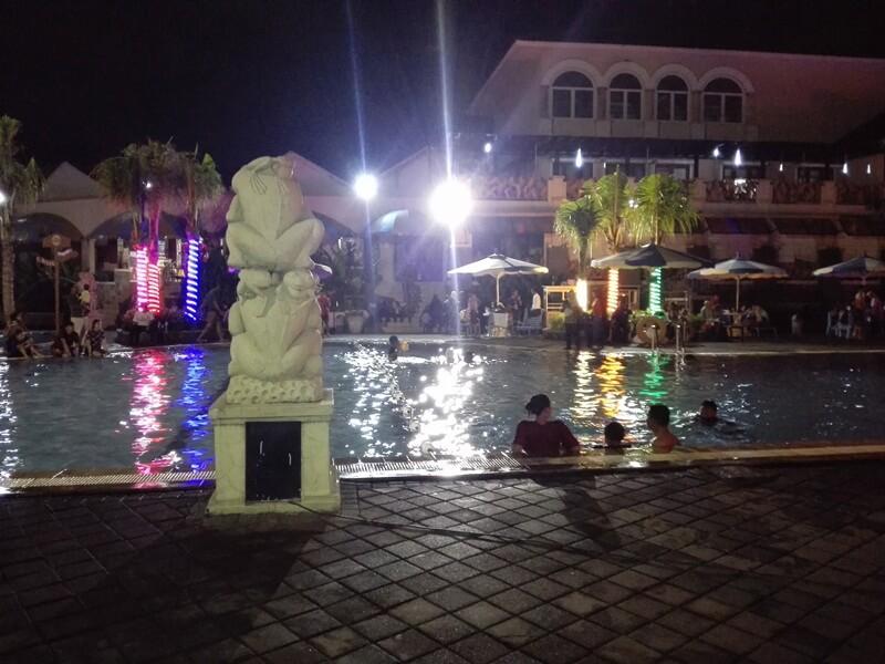 Suasana Berenang Di Malam Hari