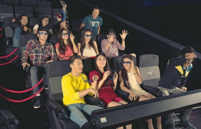 bersiap di bangku menunggu pertunjukan bioskop 4D