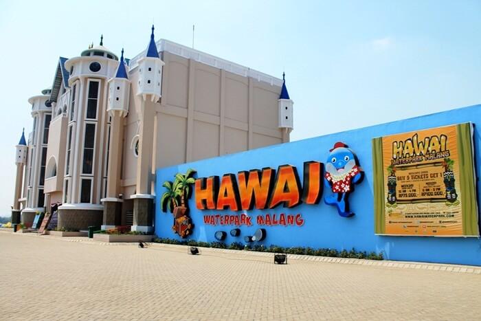 Harga tiket masuk ke Hawai Waterpark Malang dibedakan menurut hari kunjungan. Untuk hari kerja, pengunjung dikenakan tiket Rp 75.000, dan pada akhir pekan dan libur nasional, tiketnya jadi Rp 110.000.