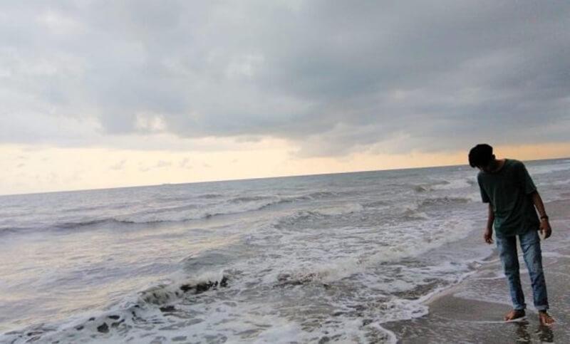 Bermain air di Pantai Pasir Jambak