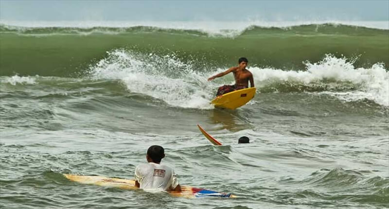 Berselancar di Pantai Pasir Jambak