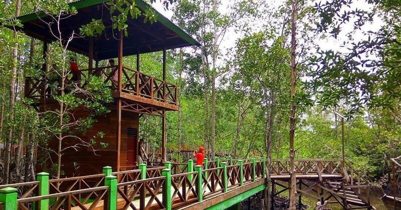 Gazebo Di Samping Jembatan