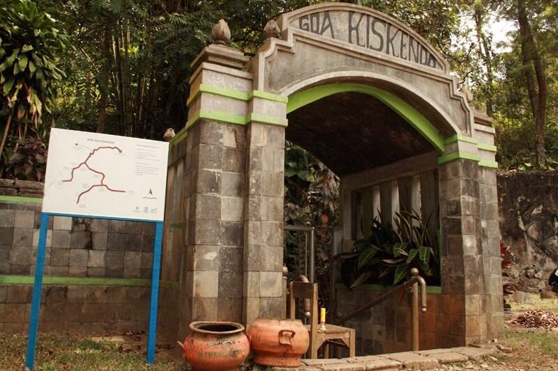 Gerbang Menuju Goa Kiskendo