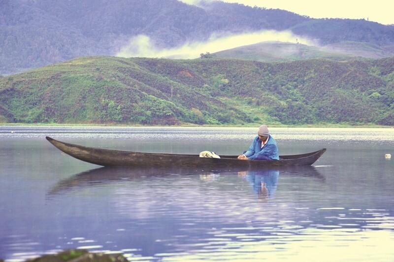 Jelajah Danau Menggunakan Perahu
