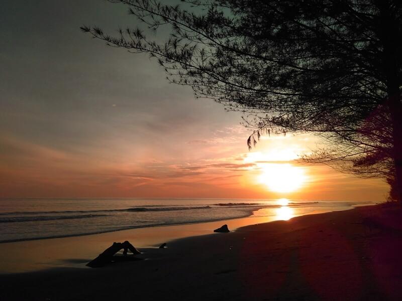 Menyambut Matahari Tengelam di Pantai Pasir Jambak