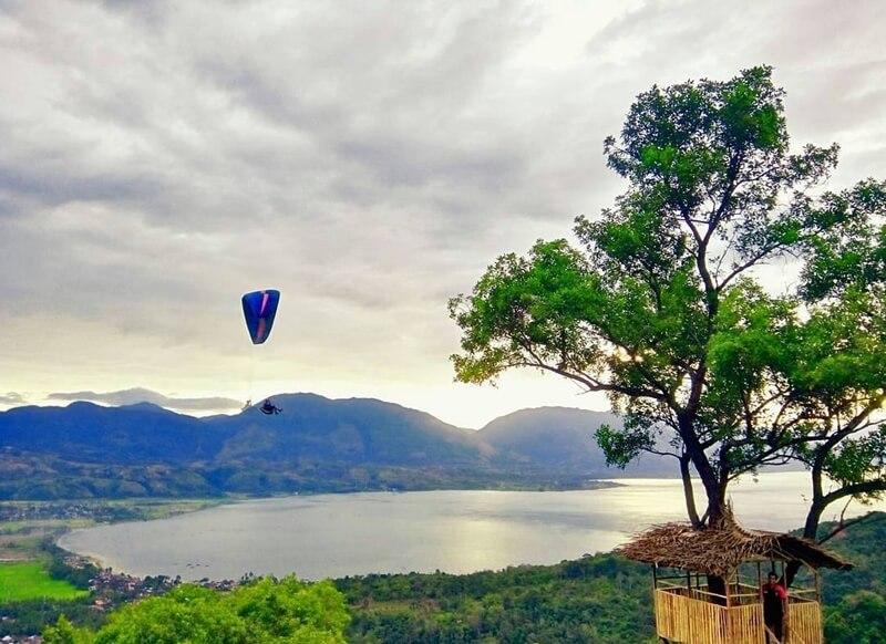 Paralayang Di Atas Danau Singkarak