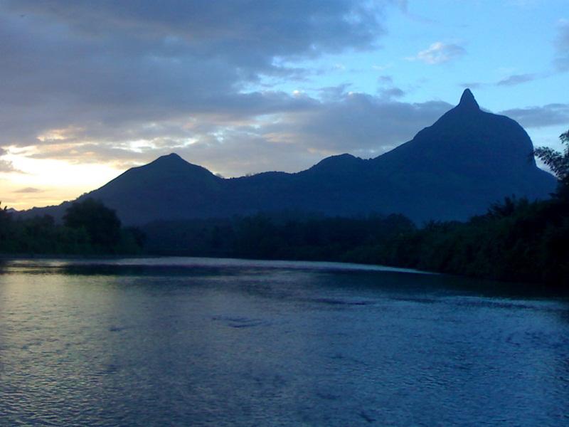 Pesona Sungai Mengitari Bukit