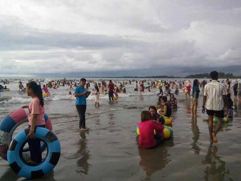 Ragam Aktivitas Di Atas Pasir Pantai Jakat