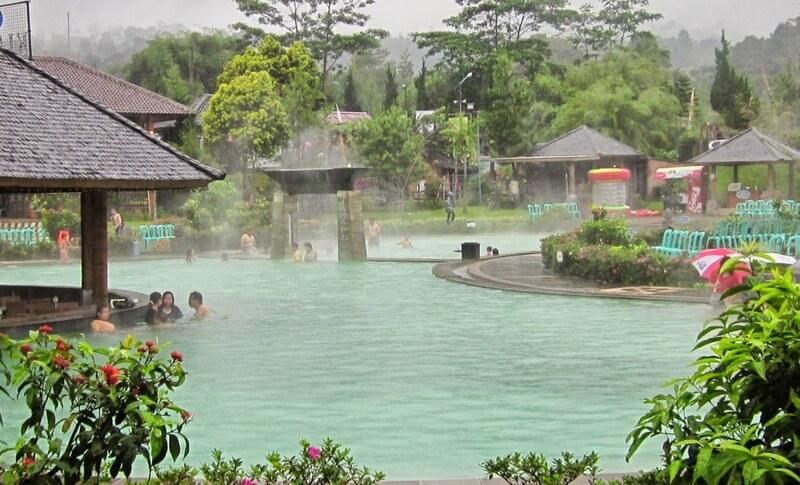 Berenang Di Kolam Air Panas Alami
