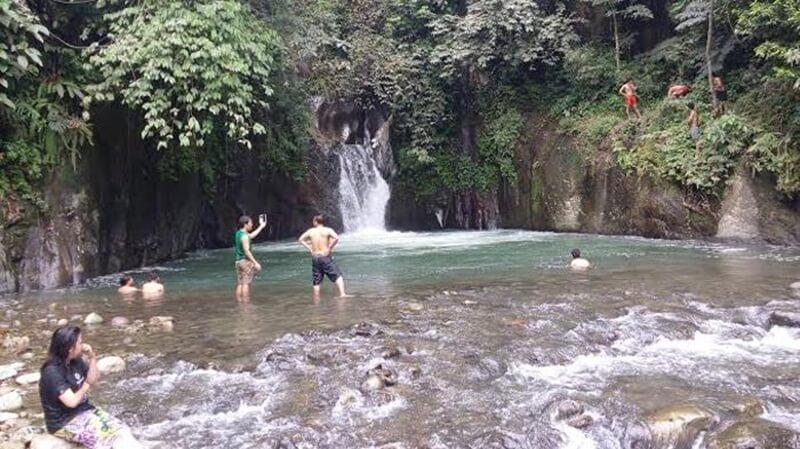 Berenang di Kolam Alami
