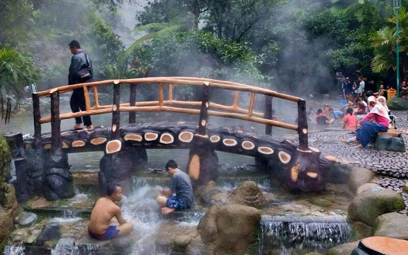 Menikmati Air Panas Alami