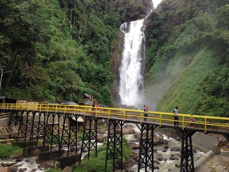 Menikmati Keindahan Air Terjun Bedegung dari Atas Jembatan