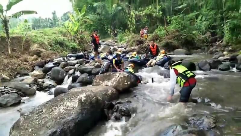 Menyusuri Sungai Curug Leuwi Bumi