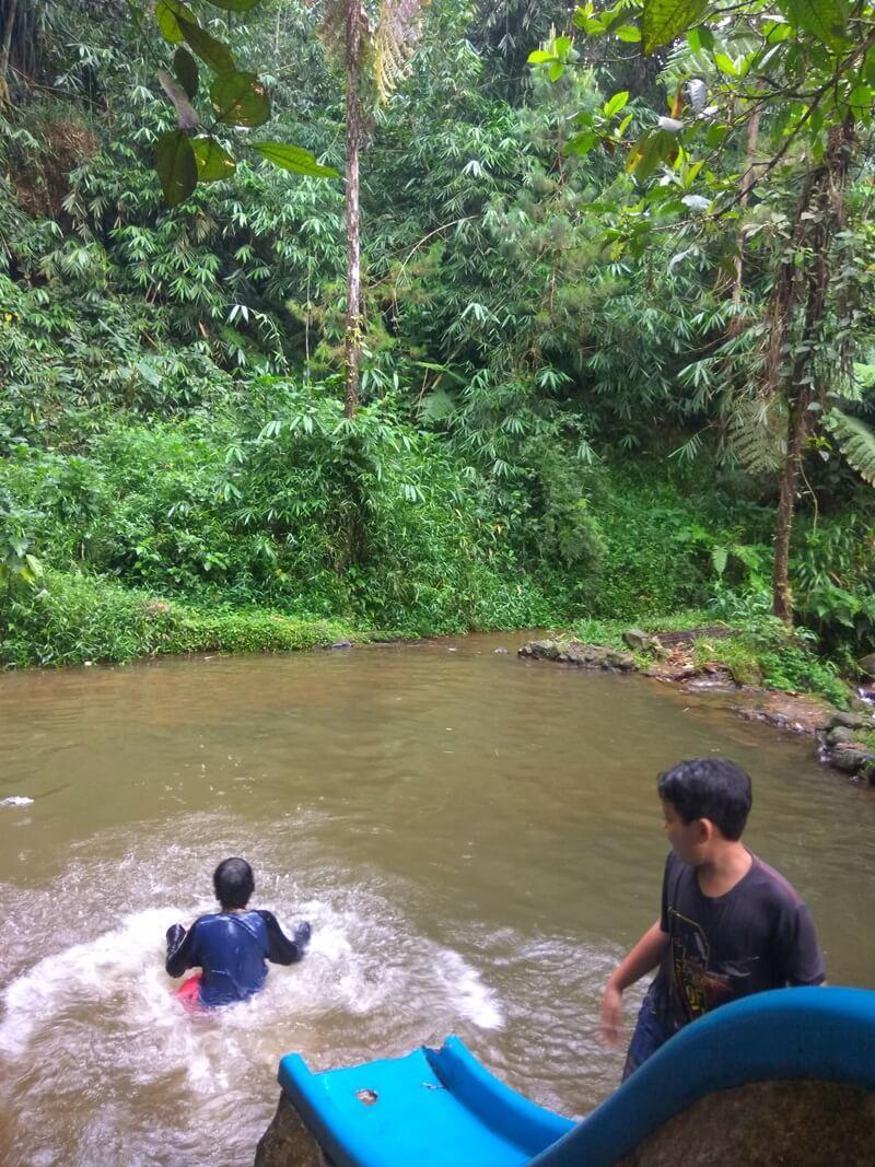 Berenang Di Kolam Curug Cihurang