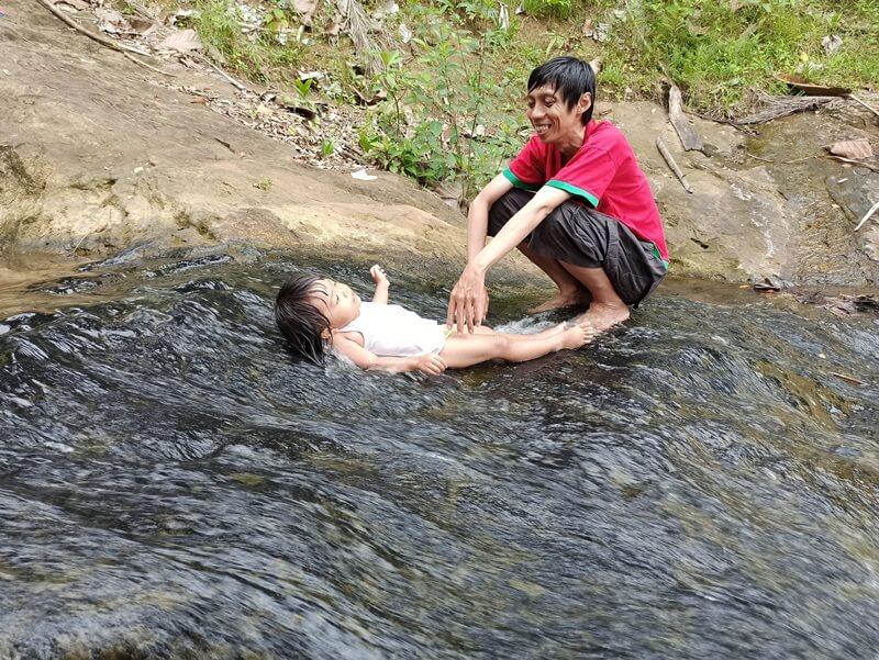 Bermain Air Di Lokasi Air Terjun Pinang Seribu