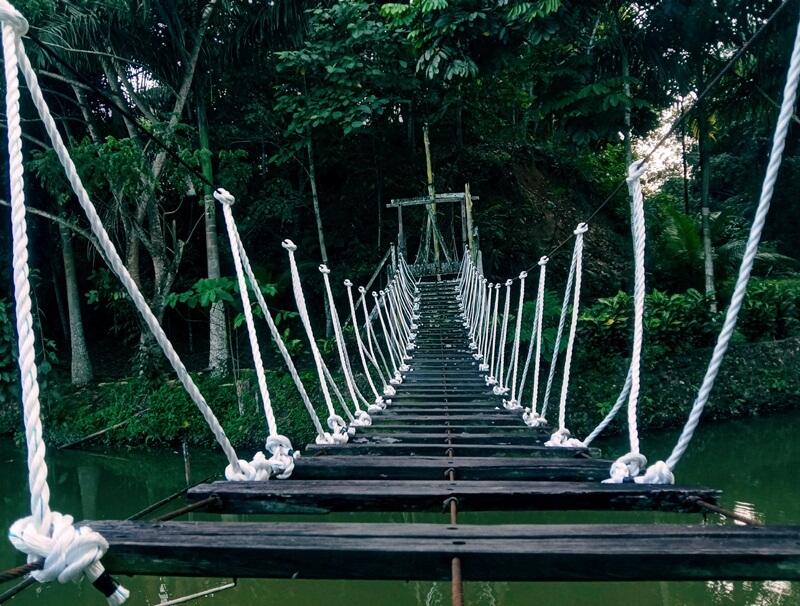 Jembatan Gantung Di Air Terjun Pinang Seribu