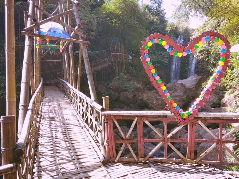 Spot Foto Di Jembatan Bambu