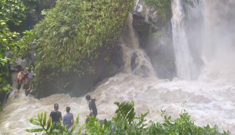 Terjebak Karena Aliran Sungai Yang Berubah Deras