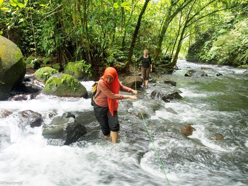 Trekking Melalui Sungai