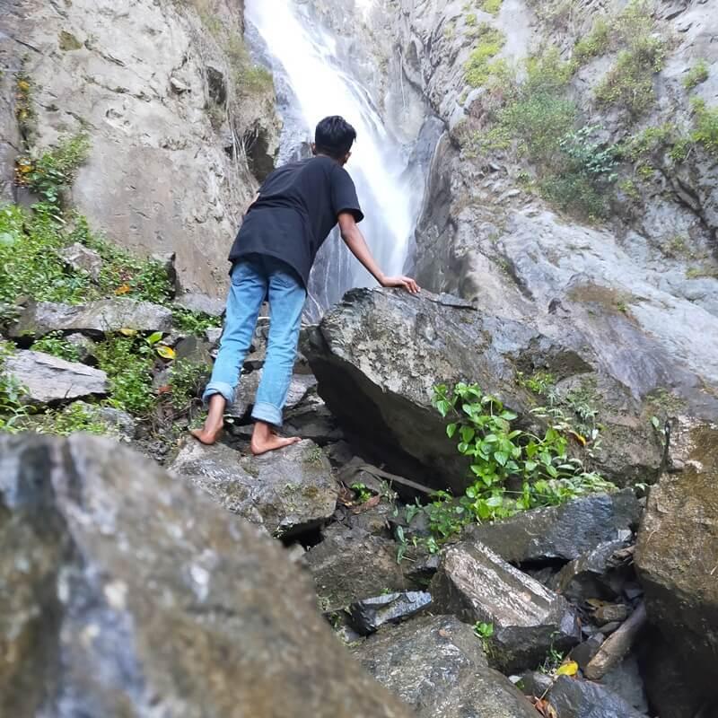 Trekking Menuju Air Terjun Wera Yang Di Puncak