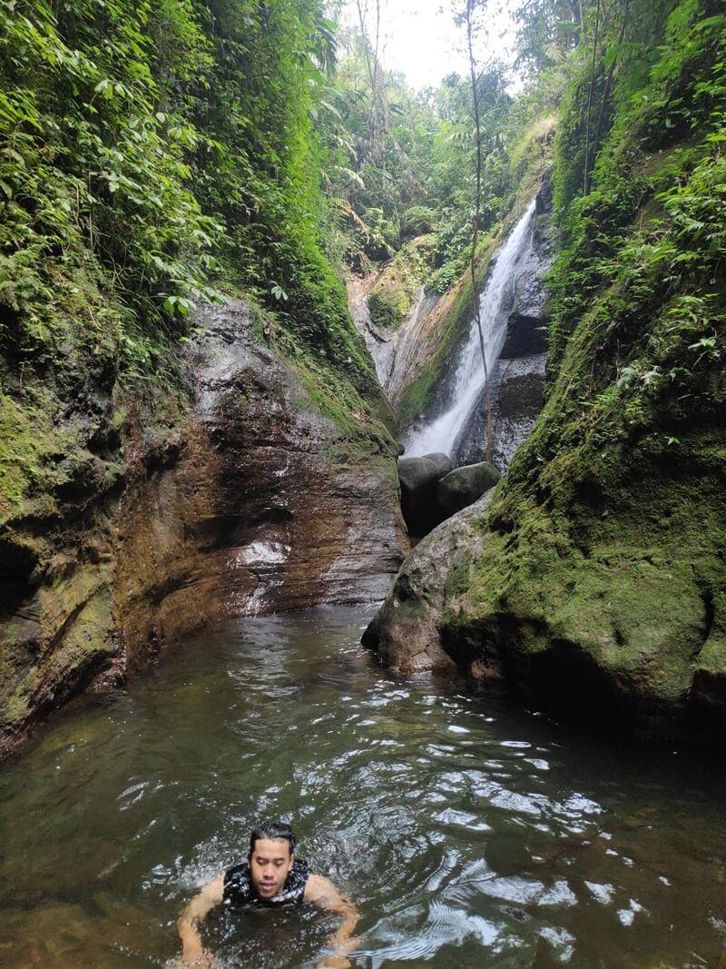 Berenang Di Jernihnya Kolam