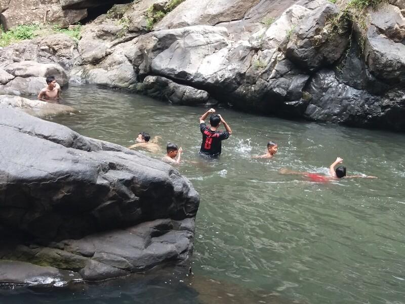 Berenang Di Kolam Curug Rahong