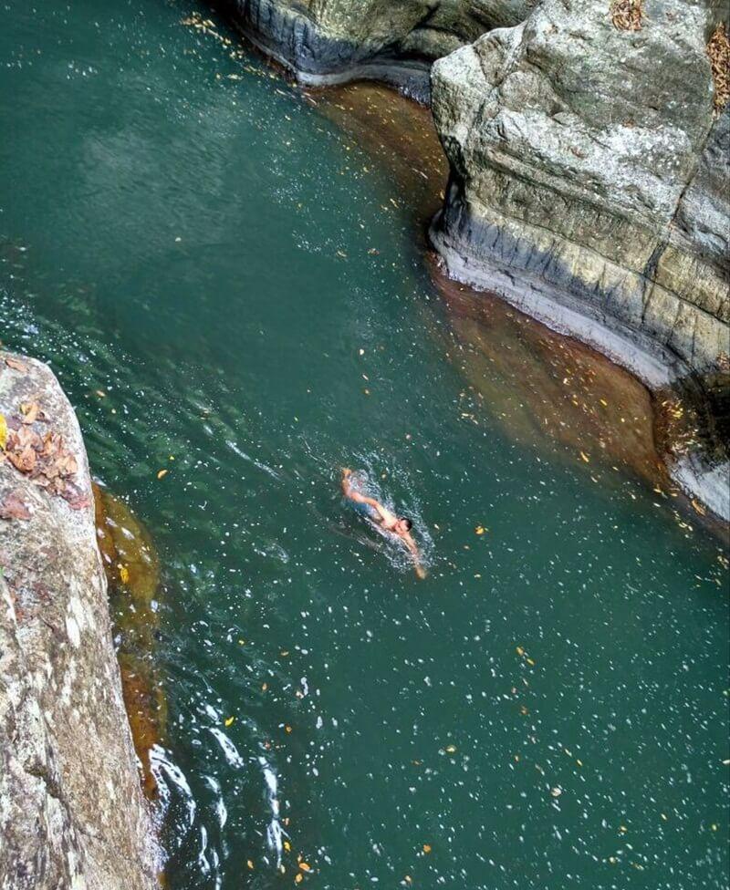 berenang menikmati segarnya air