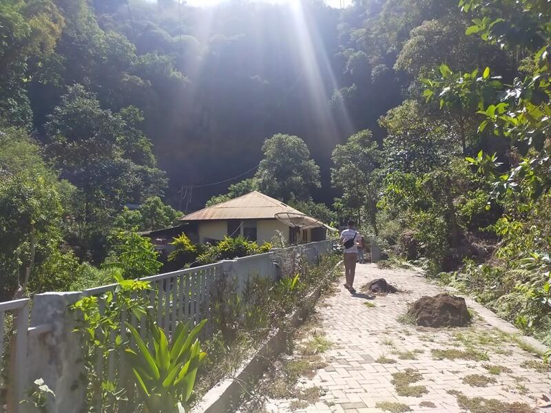 trekking menuju air terjun ogi