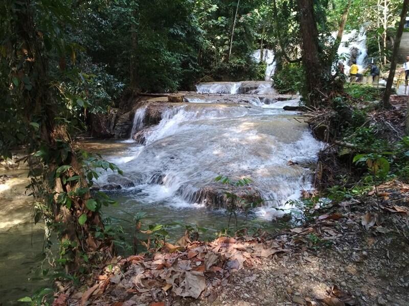 airnya terus mengalir menuju sungai