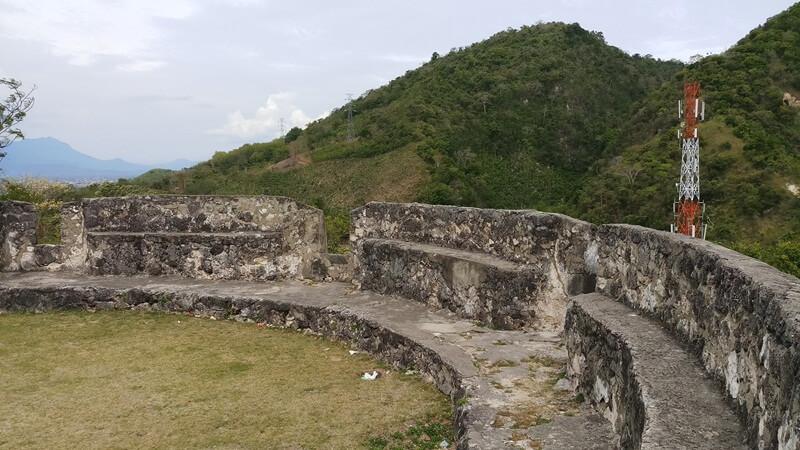 benteng yang direkatkan dengan teknik alami