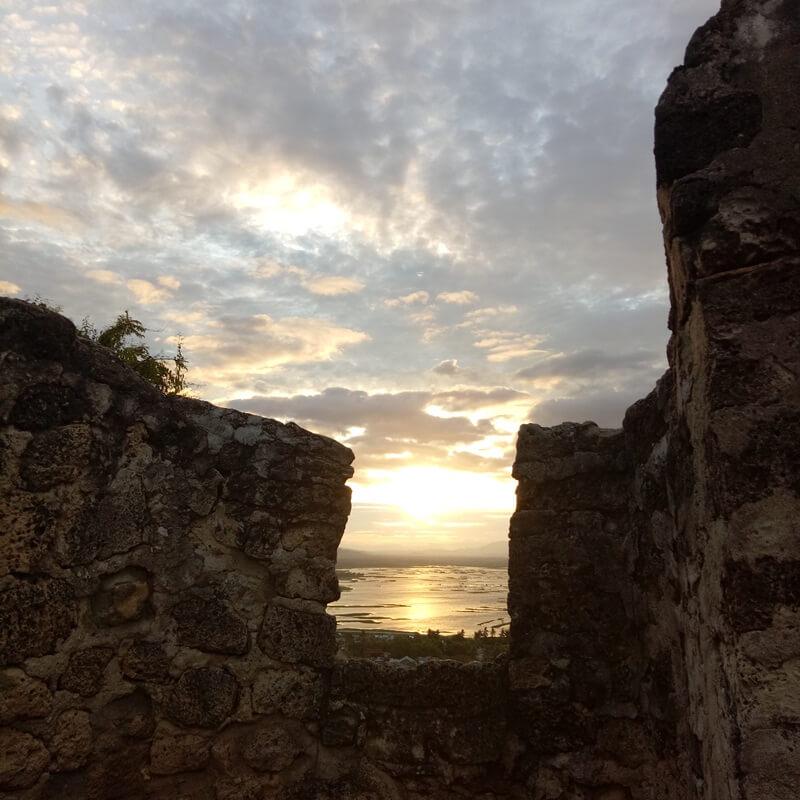 menikmati sunset di benteng otanaha