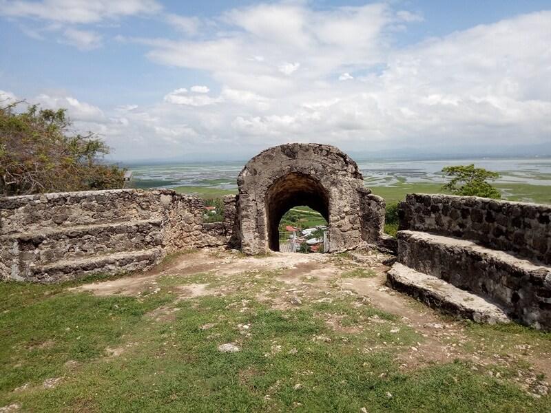 pintu masuk menuju benteng otanaha