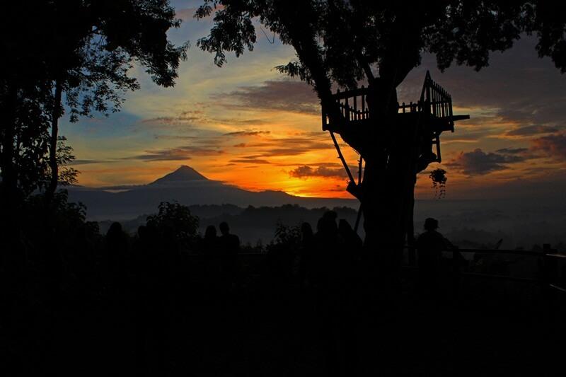menyaksikan cantiknya sunrise