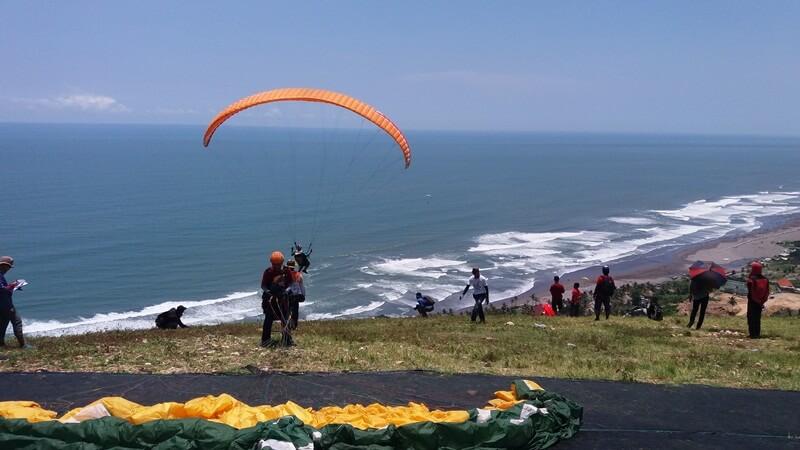 mencoba paralayang atau paragliding
