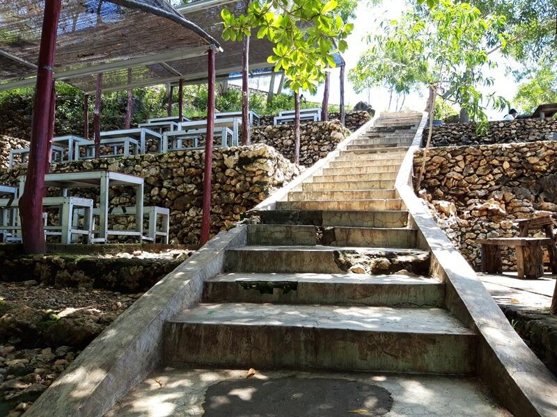 tangga yang akan membawamu menuju puncak bukit