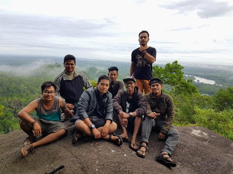 menikmati alam bersama kawan